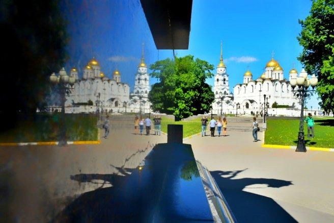 Rusya'nın en eski şehirlerinden Suzdal'de bir mabedin taştaki yansıması.